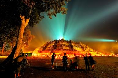 Borobudur bermandi cahaya lampu